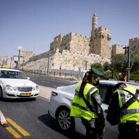 """המשטרה מחלקת דו""""חות לנהגים ומתשאלת נהגים בירושלים במסגרת הסגר, 20.9.2020 (צילום: אוליבייר פיטוסי)"""
