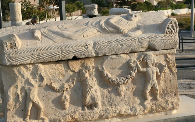 ארון קבורה מהתקופה הרומית שהתגלה באתר בנייה ב-2015 (צילום: שמואל בר-עם)