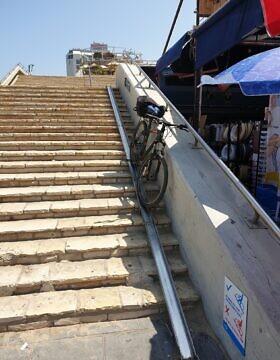 מסילת האופניים במדרגות כיכר אתרים (צילום: אביב לביא)