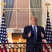 הנשיא טראמפ לאחר שובו מבית החולים, שם טופל בשל מחלת הקורונה בה חלה, לבית הלבן. (צילום: צילום:מזכיר העיתונות הבית הלבן.)