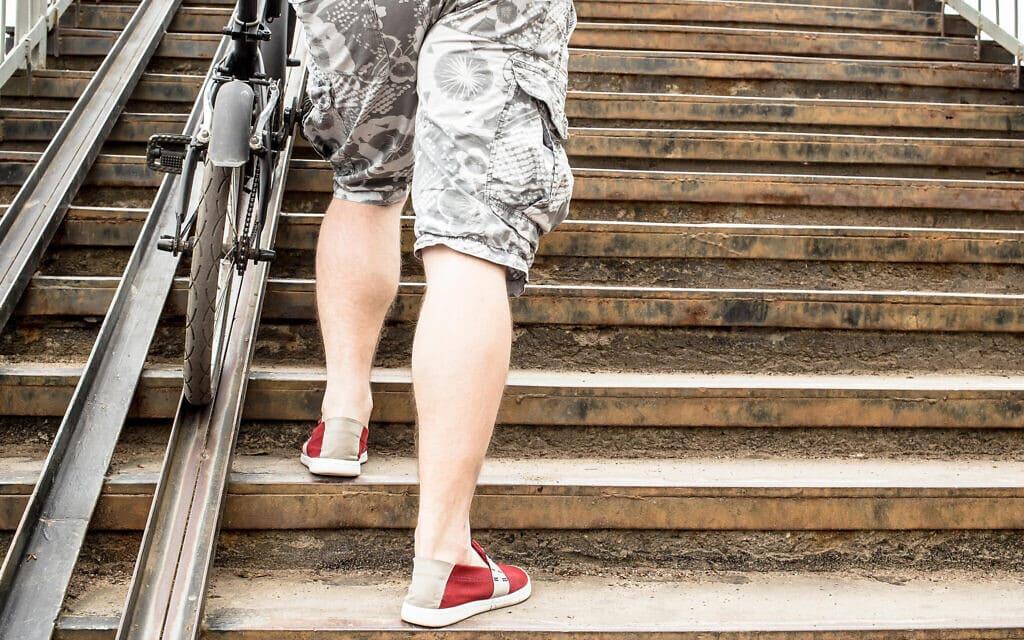 רוכב אופניים עולה במדרגות. אילוסטרציה (צילום: Aleksei Koldunov/Alamy)