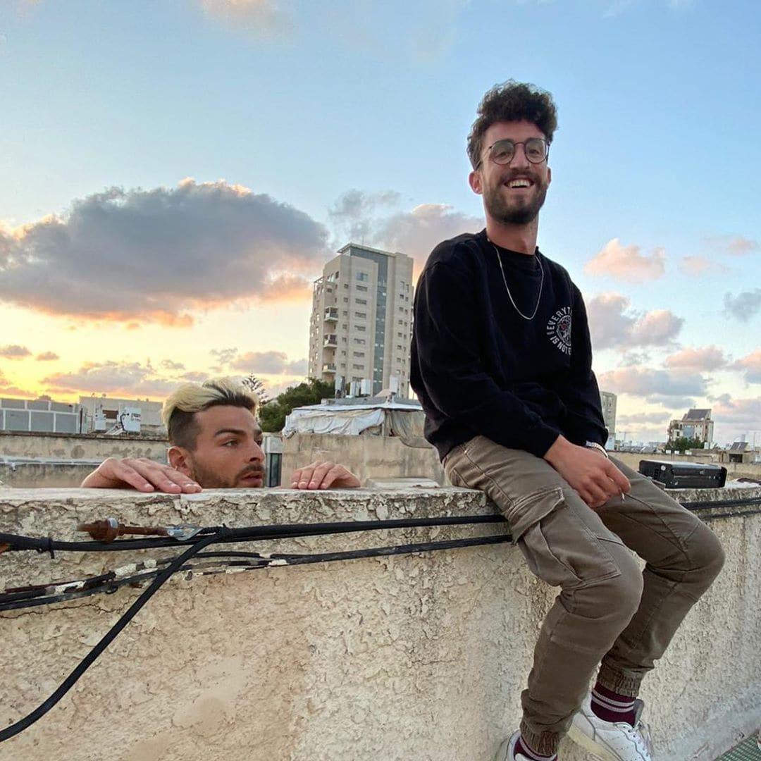 סתיו שומר (מימין) עם חבר, על גגות תל אביב, בימים שלפני הקורונה (צילום: באדיבות סתיו שומר)