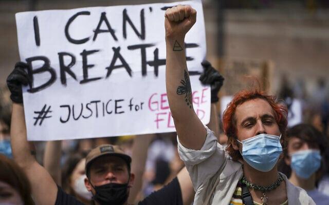 אנשים קוראים לצדק עבור ג'ורג' פלויד בפיאצה של פופולו ברומא, 7 ביוני 2020 (צילום: AP Photo/Andrew Medichini)