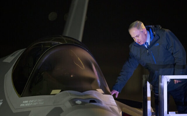 בתמונת הארכיון הזאת, מ-12 בדצמבר 2016, ראש הממשלה בנימין נתניהו נוגע באחד משני מטוסי הדור הבא הראשונים מדגם F-35 לאחר נחיתתו במהלך טקס החניכה שנערך עם הגעתו לבסיס חיל האוויר נבטים ליד באר שבע (צילום: AP/Ariel Schalit, File)