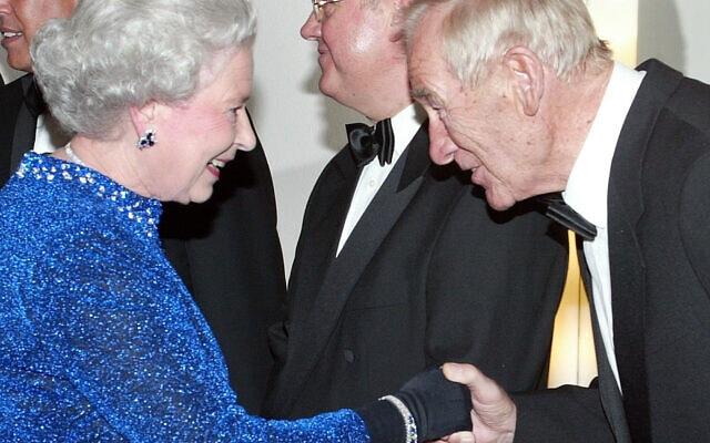 ברט טראוטמן פוגש את המלכה אליזבת השנייה, 2004 (צילום: AP Photo/Fritz Reiss)