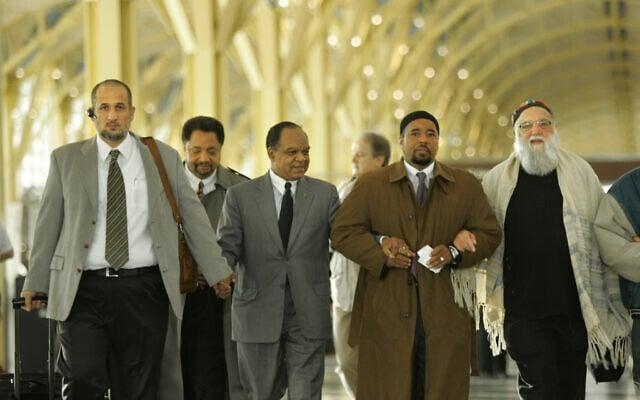 משמאל: האימאם עומר שהין; אבראהים ראמי, מנהל מחלקת זכויות אדם ואזרח באגודה המוסלמית האמריקאית; הכומר וולטר א' פאונטרוי, מהשולחן העגול של ההנהגה הלאומית השחורה ; מהדי בריי, מנהל האגודה המוסלמית האמריקאית; והרב ארתור וסקו ממרכז שלום בפילדלפיה, הולכים בנמל התעופה רונלד רייגן בוושינגטון, 27 בנובמבר 2006 (צילום: צילום: AP Photo/Lawrence Jackson)