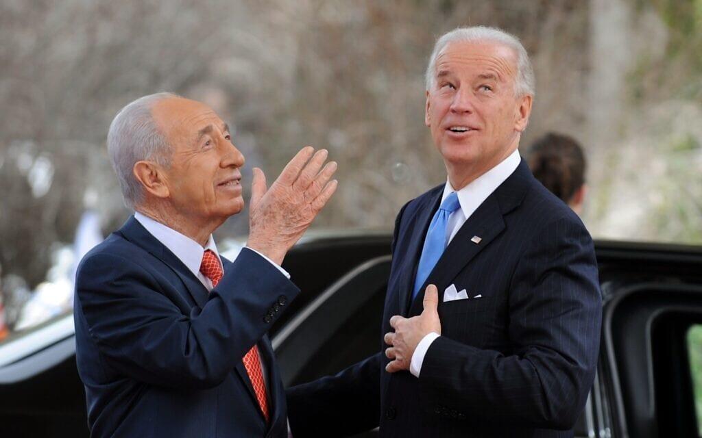"""סגן נשיא ארה""""ב ג'ו ביידן והנשיא שמעון פרס, ארכיון, 2010 (צילום: AP Photo/Yin Bogu, Pool)"""