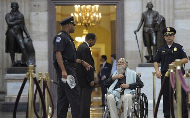 הרב ארתור וסקו ממתין למעצר בידי משטרת הקפיטול ברוטונדה של הקפיטול בוושינגטון, 28 ביולי 2011. קבוצה של מנהיגים אזרחיים ודתיים נעצרו לאחר שהפגינו נגד הקיצוצים בתקציב שהוצעו בדיונים על תקרת החוב (צילום: AP Photo/Susan Walsh)