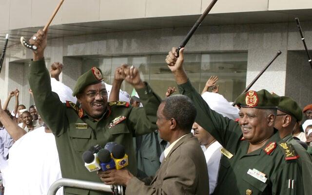 נשיא סודאן עומר אל-בשיר, משמאל, נואם בחרטום ב-2012 (צילום: AP Photo/Abd Raouf)