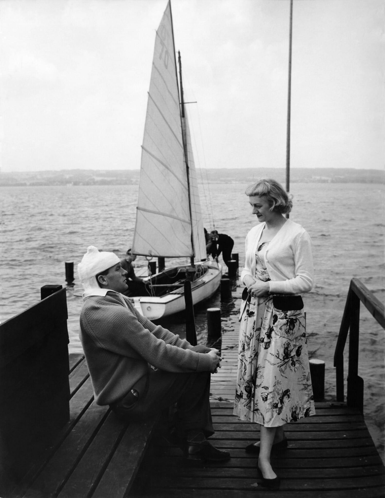 ברט טראוטמן ואשתו מרגרט נופשים בגרמניה, 1956 (צילום: AP Photo/Heinrich Sanden Jr)