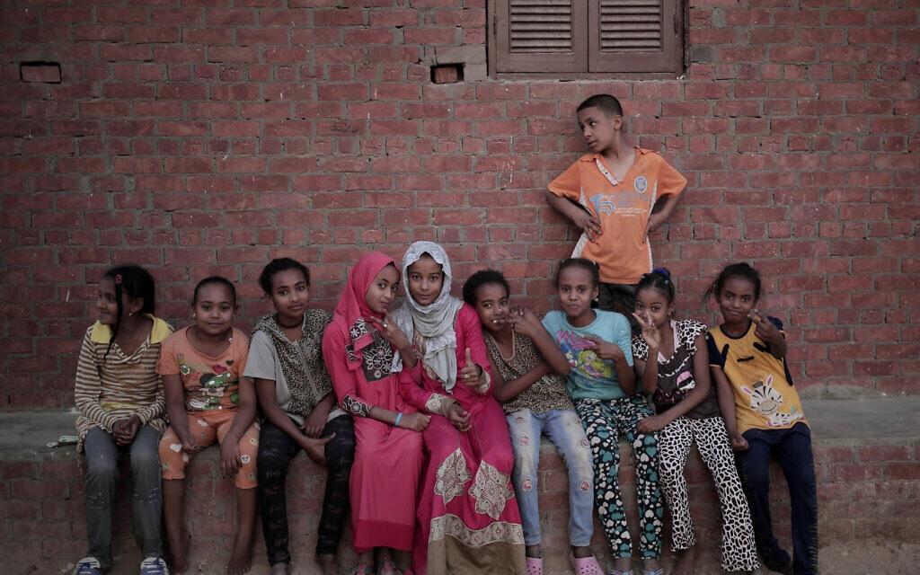 אילוסטרציה, ילדים משכונת מצוקה במצרים, מאי 2018 (צילום: AP Photo/Nariman El-Mofty)