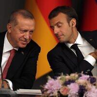 נשיא צרפת עמנואל מקרון (מימין) ונשיא טורקיה רג'פ טייפ ארדואן במסיבת עיתונאים באיסטנבול, 27 באוקטובר 2018 (צילום: Lefteris Pitarakis, AP)