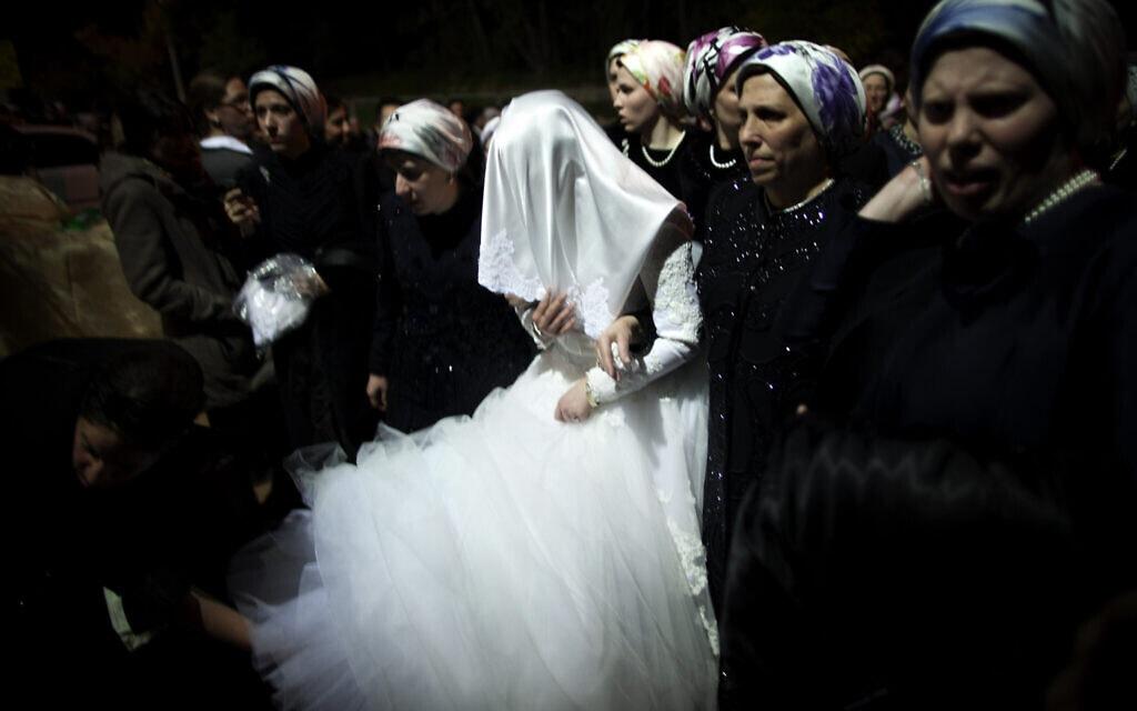 אילוסטרציה, חתונה חרדית בניו יורק ב-2013, למצולמות אין קשר לנאמר (צילום: AP Photo/Oded Balilty)