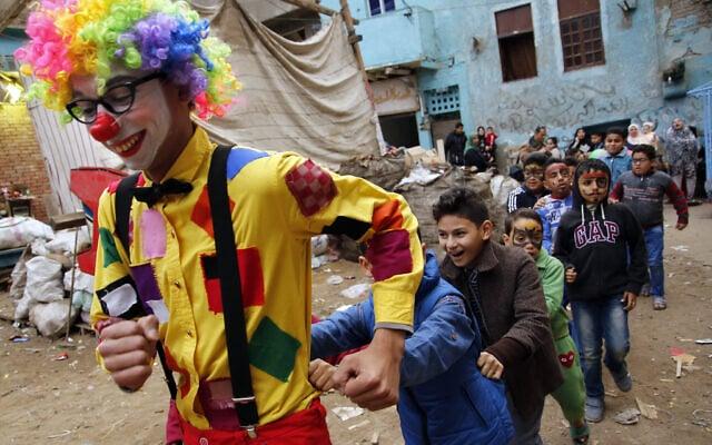 ליצן מארגון צדקה משמח ילדים עניים בקהיר, פברואר 2019 (צילום: AP Photo/Amr Nabil)
