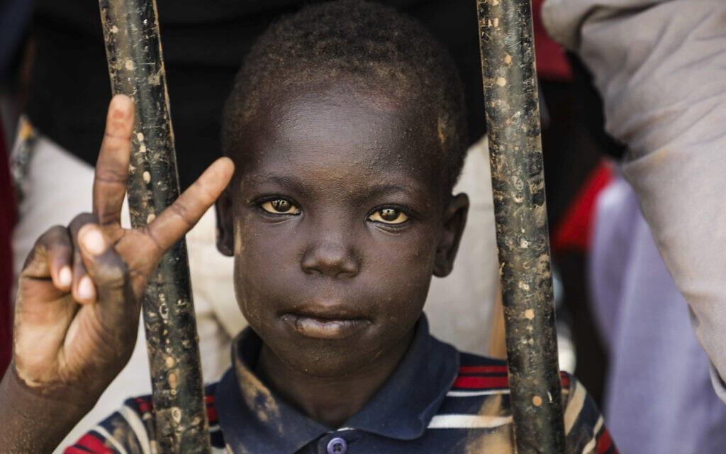 ילד סודאני בהפגנה בחרטום, בירת סודאן, ב-18 ביולי 2019 (צילום: AP Photo/Mahmoud Hjaj)