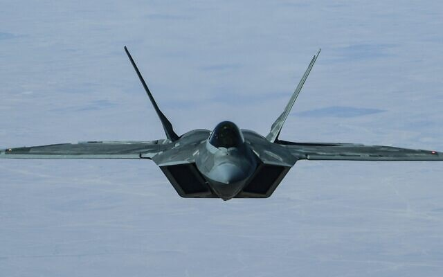 מטוס F-22 רפטור (צילום: (Staff Sgt. Chris Drzazgowski/U.S. Air Force via AP))