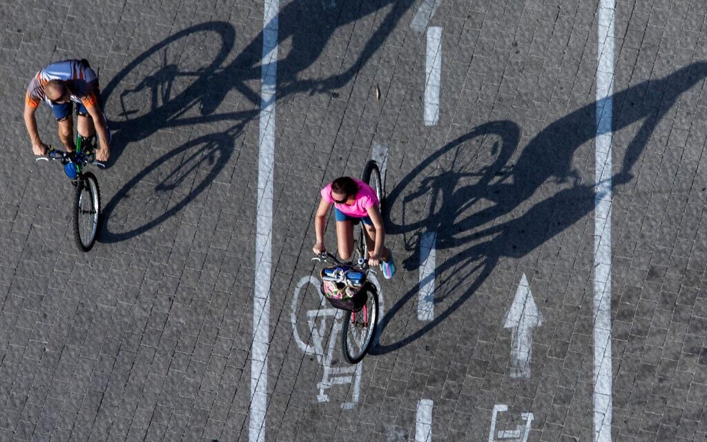 אילוסטרציה, שביל אופניים ליד חוף הים בתל אביב, סוכות 2019 (צילום: AP Photo/Oded Balilty)
