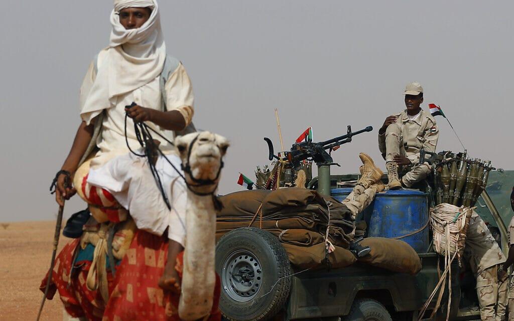כוח סודאני בהובלת הגנרל מוחמד חמדאן דגלו (על הרכב) בעת הנסיגה מתימן, ב-22 ביוני 2019 (צילום: AP Photo/Hussein Malla)