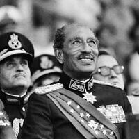 בתצלום הזה ב-6 באוקטובר 1981 מחייך נשיא מצרים אנואר סאדאת בתחילת המצעד הצבאי בקהיר. מאוחר יותר, במהלך המצעד, סאדאת נהרג יחד עם 11 אחרים כאשר חמושים פתחו באש לעברו (צילום: AP Photo/Bill Foley, File)