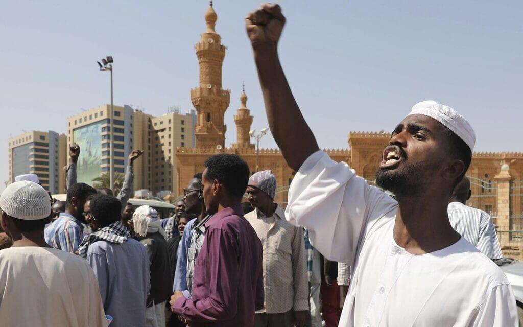 הפגנות בחרטום, בירת סודאן, נגד החלטת הנשיא עבד אל-פתאח אל-בורהאן להיפגש עם ראש ממשלת ישראל בנימין נתניהו בפברואר 2020 (צילום: AP Photo/Marwan Ali)