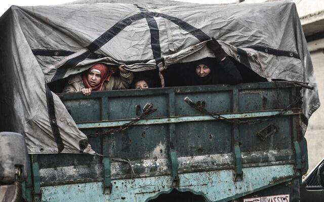 אזרחים בורחים מאידליב לכיוון צפון כדי למצוא ביטחון בתוך סוריה ליד הגבול עם טורקיה, פברואר 2020 (צילום: AP Photo)