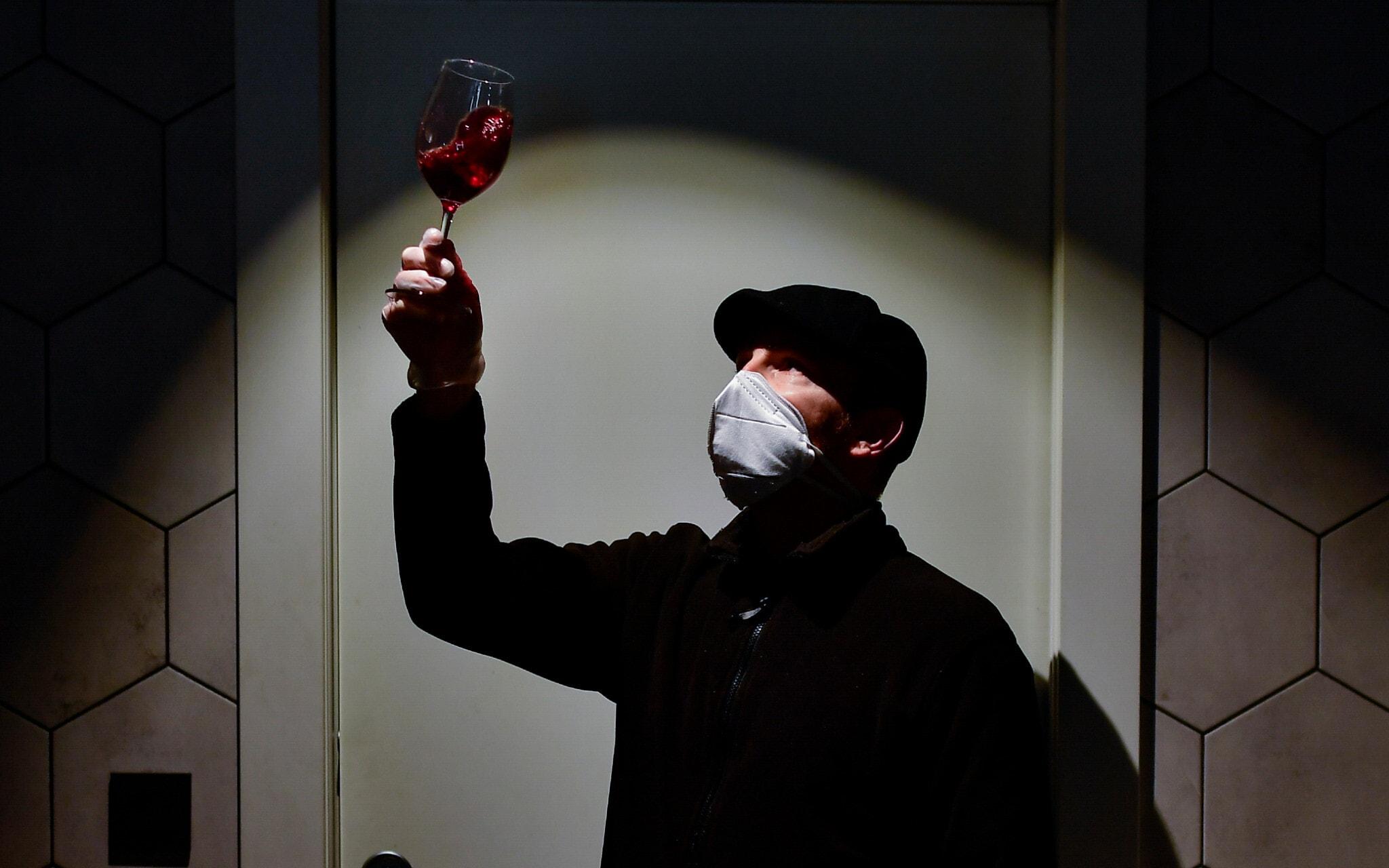 אילוסטרציה, בעלים של חנות יין בספרד בעידן הקורונה (צילום: AP Photo/Alvaro Barrientos)
