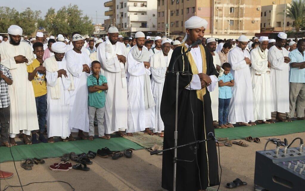 אילוסטרציה, תפילה המונית בשטח פתוח בסודאן, בעקבות הנחיות הקורונה, מאי 2020 (צילום: AP Photo/Marwan Ali)