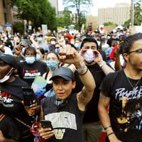 הפגנה לזכר ג'ורג' פלויד במיניאפוליס (צילום: AP Photo/Julio Cortez)