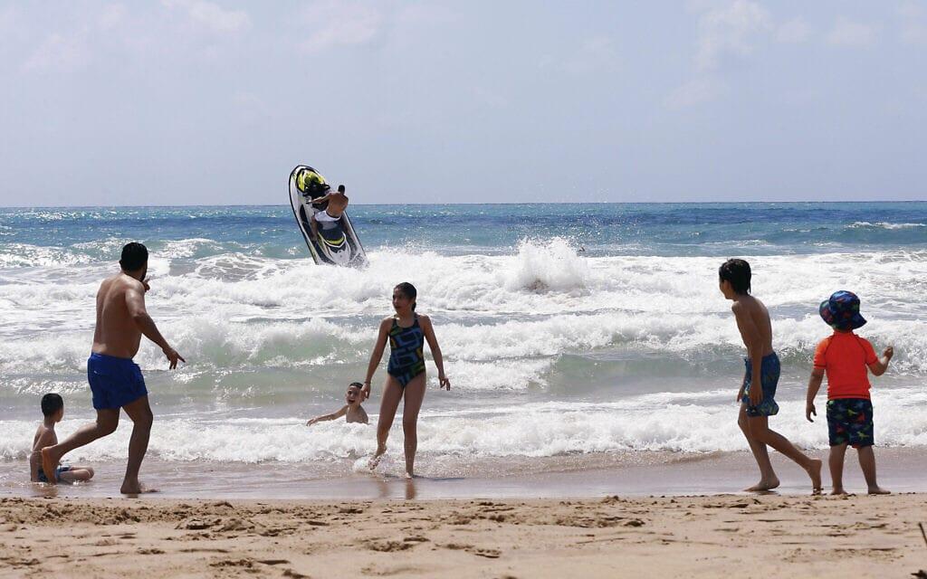 אילוסטרציה, חוף הים של לבנון, יוני 2020 (צילום: AP Photo/Bilal Hussein)