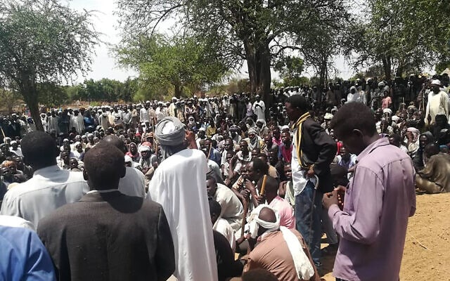 תושבים מתאספים בהלוויה המונית לאחר פיגוע בכפר מאסטרי במערב דרפור, סודאן. 27 ביולי 2020 (צילום: Mustafa Younes via AP)