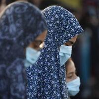 אילוסטרציה, נשים מוסלמיות מתפללות בשטח פתוח ביפו בתקופת הקורונה, למצולמות אין קשר לנאמר (צילום: AP Photo/Oded Balilty)