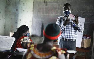 אילוסטרציה, הדרכת קורונה לעובדי בריאות בקהילה בדרום סודאן, אוגוסט 2020 (צילום: AP Photo/Charles Atiki Lomodong)