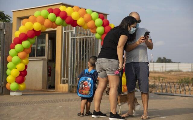 אילוסטרציה, משפחה מכפר יונה מנסה לחזור ללימודים ב-1 בספטמבר 2020 (צילום: AP Photo/Ariel Schalit)