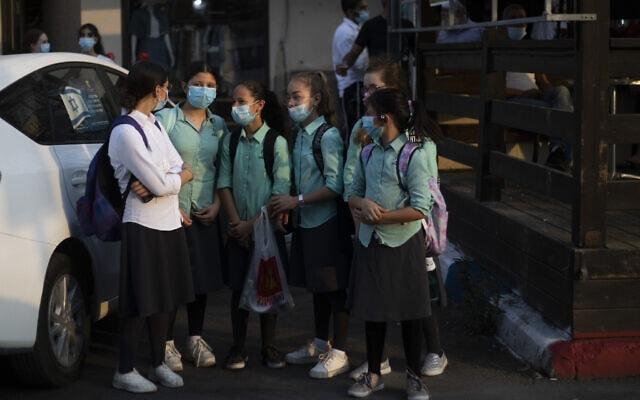 אילוסטרציה, תלמידות בעידן הקורונה בבית שמש, ספטמבר 2020 (צילום: AP Photo/Ariel Schalit)
