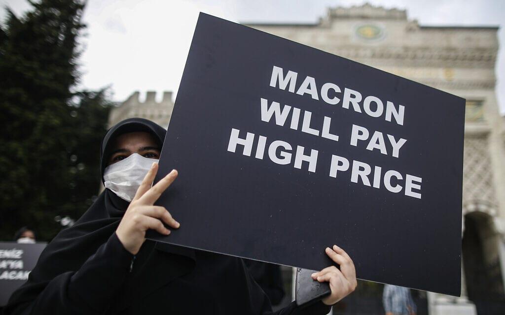 """מחאה נגד מקרון על """"פגיעה בכבוד האסלאם"""" באיסטנבול, ספטמבר 2020 (צילום: AP Photo/Emrah Gurel)"""