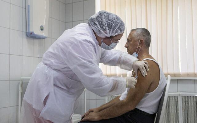 ניסוי בחיסון לקורונה, רוסיה, אוקטובר 2020 (צילום: AP Photo/Alexander Zemlianichenko Jr)