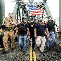 """חברי """"הנערים הגאים"""" ומפגינים ימניים אחרים צועדים מעבר לגשר הות'ורן במהלך עצרת בפורטלנד, אוגוסט 2019 (צילום: AP Photo/Noah Berger)"""