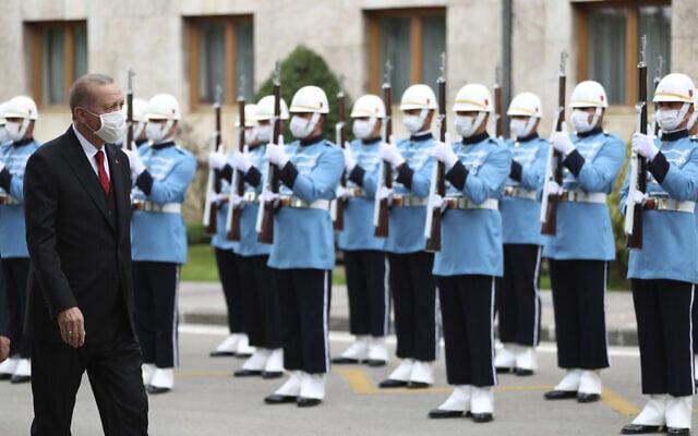 נשיא טורקיה ארדואן סוקר משמר כבוד באנקרה, אוקטובר 2020 (צילום: Turkish Presidency via AP. Pool)