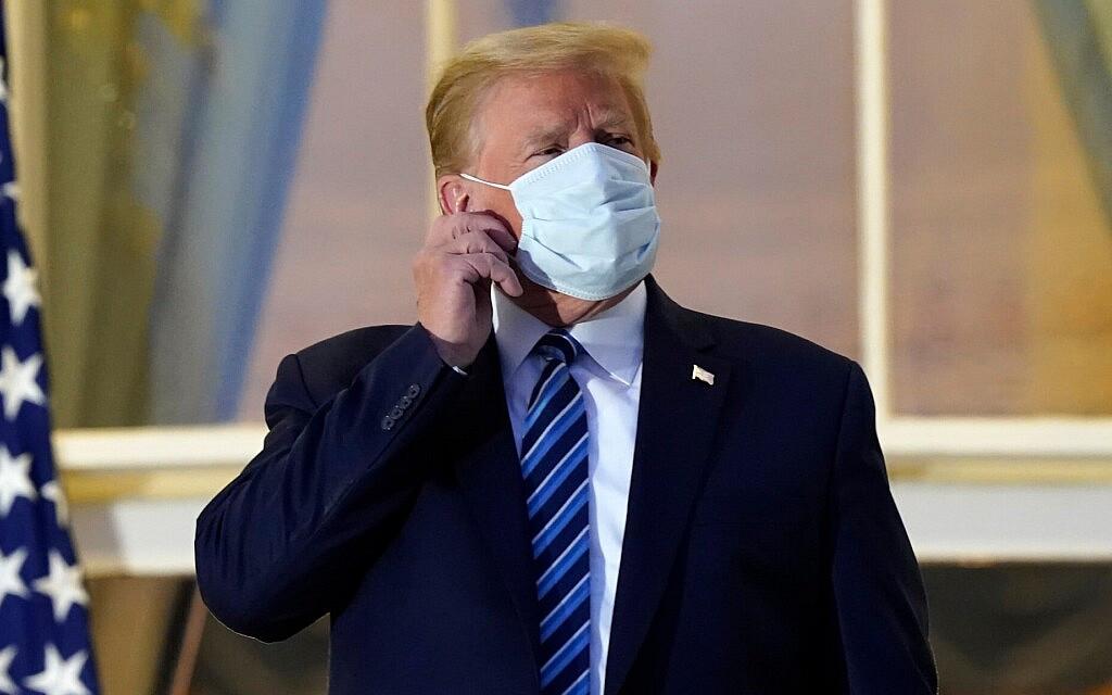 דולנד טראמפ מסיר את המסכה מפניו עם חזרתו לבית הלבן מבית החולים, 2 באוקטובר 2020 (צילום: AP Photo/Alex Brandon)