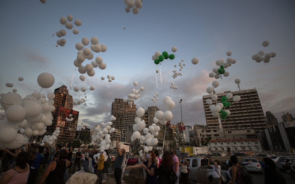 אילוסטרציה, בלונים עם שמות קרבנות הפיצוץ בנמל ביירות מופרחים לאוויר, במלאת חודשיים לאירוע שטלטל את המדינה ואת האזור, אוקטובר 2020 (צילום: AP Photo/Hassan Ammar)