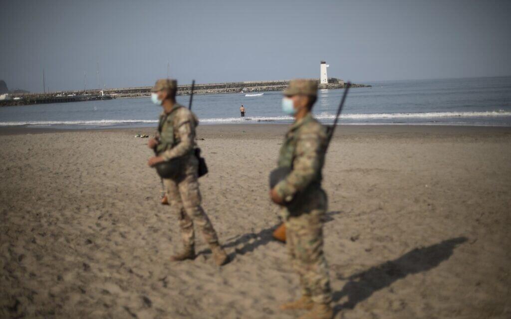 חיילים שומרים על החוף בלימה, בירת פרו, ב-11 באוקטובר 2020 כדי לאכוף את הסגר (צילום: AP Photo/Rodrigo Abd)