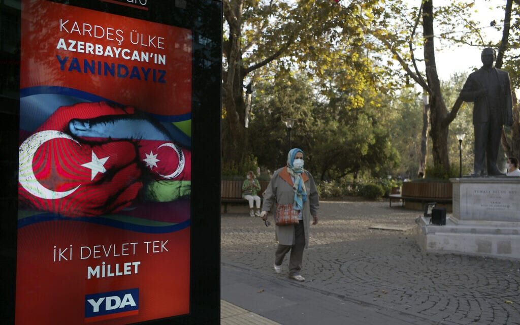 שלט שמציג את טורקיה ואזרבייג'ן כשתי מדינות – אומה אחת באנקרה, אוקטובר 2020 (צילום: AP Photo/Burhan Ozbilic)