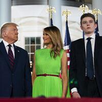ברון טראמפ עם הוריו מלאניה ודונלד, בוועידה הרפובליקאית בבית הלבן, ב-27 באוגוסט 2020 (צילום: AP Photo/Evan Vucci)