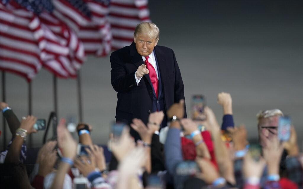 דונלד טראמפ בעצרת בחירות בדה-מוין, איווה, ב-14 באוקטובר 2020 (צילום: AP Photo/Charlie Neibergall)