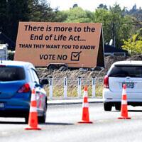שלט חוצות בכרייסטצ'רץ' הקורא להתנגד ליוזמה להתיר המתות חסד בניו זילנד, 16 באוקטובר 2020 (צילום: Mark Baker, AP)