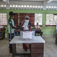 אזרחים מצביעים בבחירות לנשיאות גינאה בבית ספר בבירה קונאקרי, 18 באוקטובר 2020 (צילום: Sadak Souici, AP)