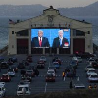 קהל צופה בעימות הנשיאותי בין דונלד טראמפ וג'ו ביידן בסן פרנסיסקו, 23 באוקטובר 2020 (צילום: Jeff Chiu, AP)