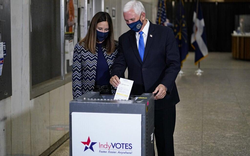 סגן הנשיא מייק פנס ואשתו קארן מצביעים באינדיאנפוליס, ב-23 באוקטובר 2020 (צילום: AP Photo/Michael Conroy)