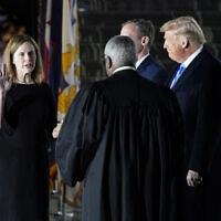 """איימי קוני בארט מושבעת לבית המשפט העליון בארה""""ב, 26 באוקטובר 2020 (צילום: AP Photo/Patrick Semansky)"""