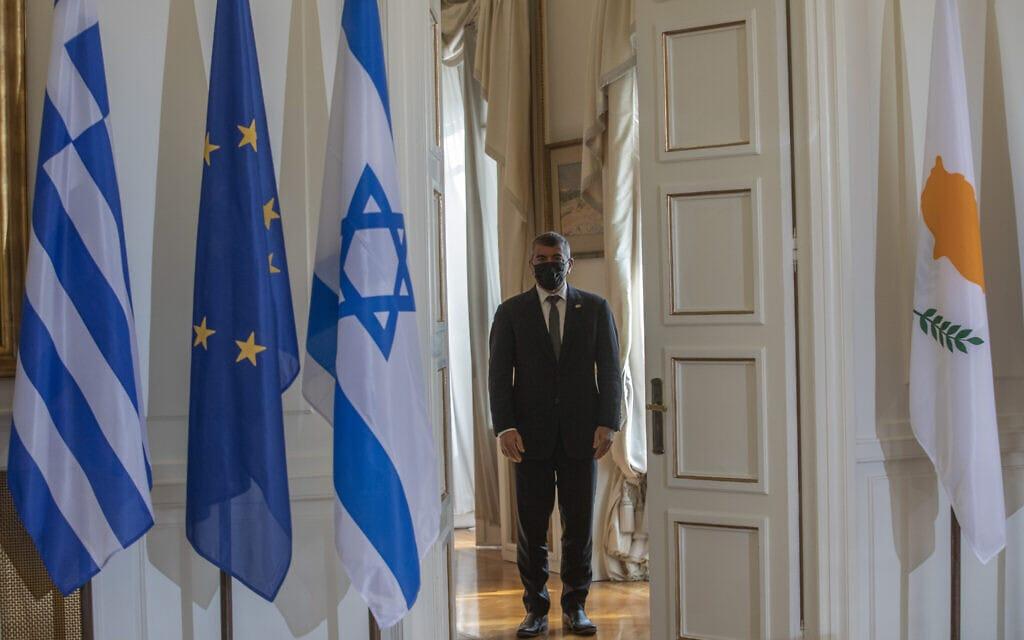 שר החוץ גבי אשכנזי בדרכו למסיבת עיתונאים עם שרי החוץ של יוון וקפריסין באתונה, 27 באוקטובר 2020 (צילום: Petros Giannakouris, AP)